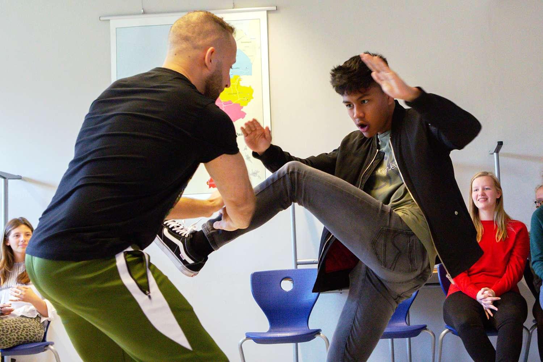 Stage fighting workshop op school